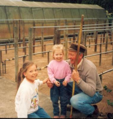Wencke und Linda mit Papi im Gewächshaus