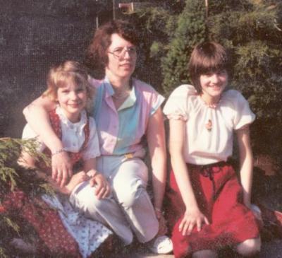 Maren, Anja und ich vor unserer Wohnung im Boumannweg in Neustadt 1978